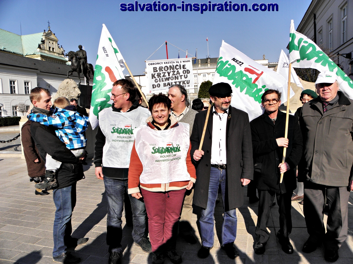 "Żywią i bronią Krzyża. Niezależny Samorządny Związek Zawodowy Rolników Indywidualnych ""Solidarność""They Feed and Defend the Cross. Independent Self-governing Trade Union of Individual Farmers ""Solidarity"" (Feed and Defend, a motto which refers to the significant role of Polish peasants in the time of the Tadeusz Kościuszko 1794 insurrection which gave Poles hope for regaining independence.)"
